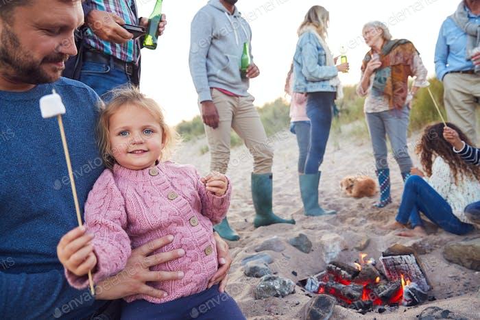 Mehrgeneration Familie Toast Marshmallows um Feuer im Winter Beach Urlaub