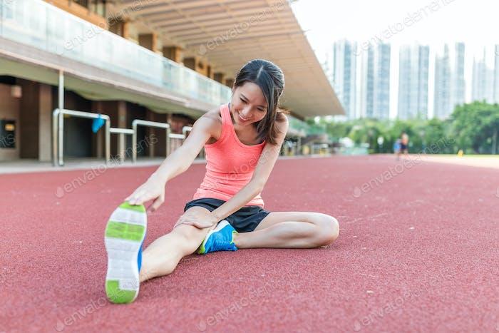 Sport Frau Stretching Beine im Sportstadion