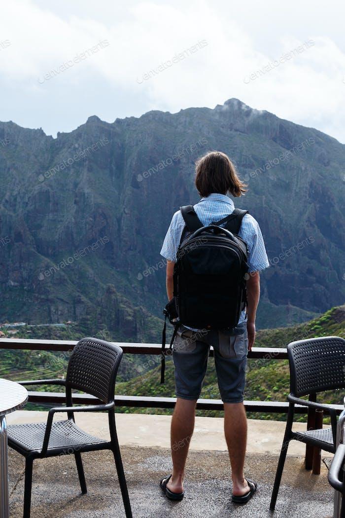 Typ, der Berge anschaut