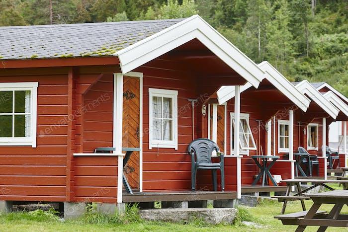 Traditionelle norwegische rote Holzkabinen Fassaden. Reisen Norwegen