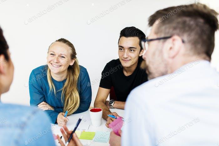 Коллеги разговаривают во время деловой встречи