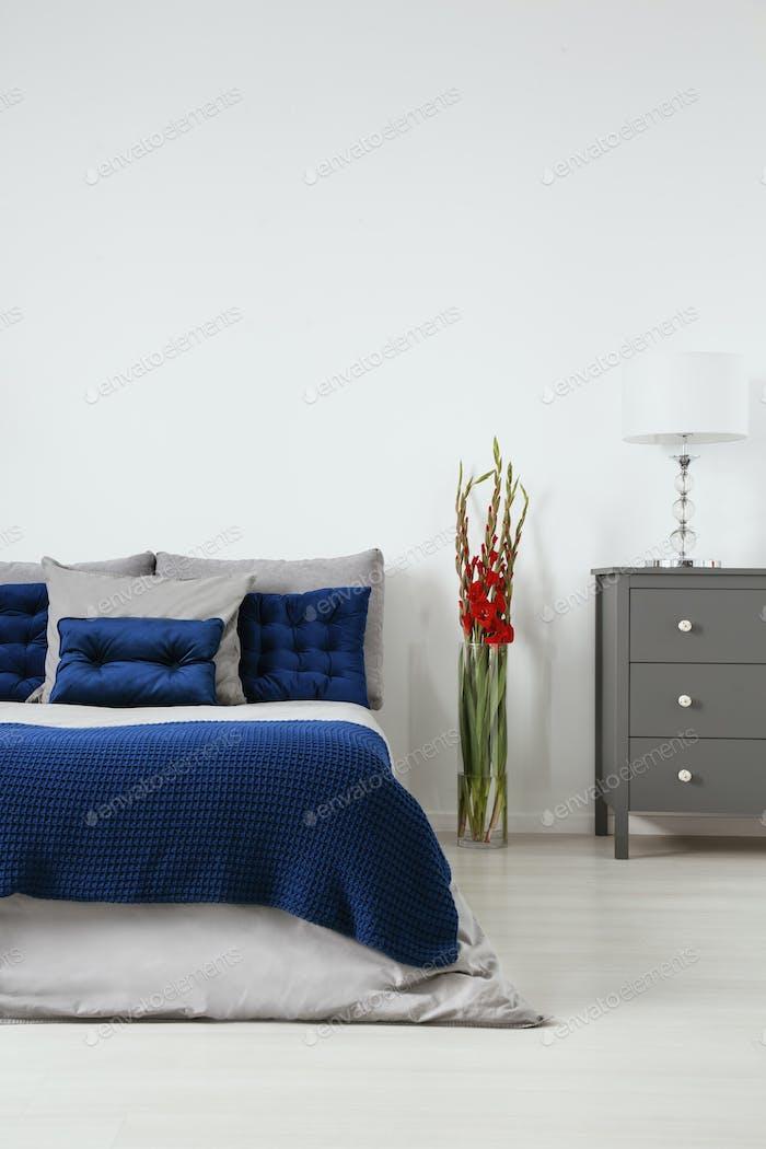 Gesteppte Kissen in dunkelblau und Bio-Baumwolle Leinen in grau