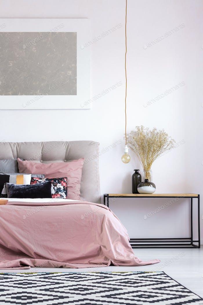 Pastell-Schlafzimmer mit Kupferlampe