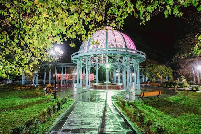 Borjomi, Samzche-Jawacheti, Georgien. Pavillon über der heißen Quelle