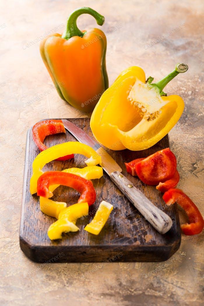 Frische gepflückte rote, gelbe und grüne Paprika