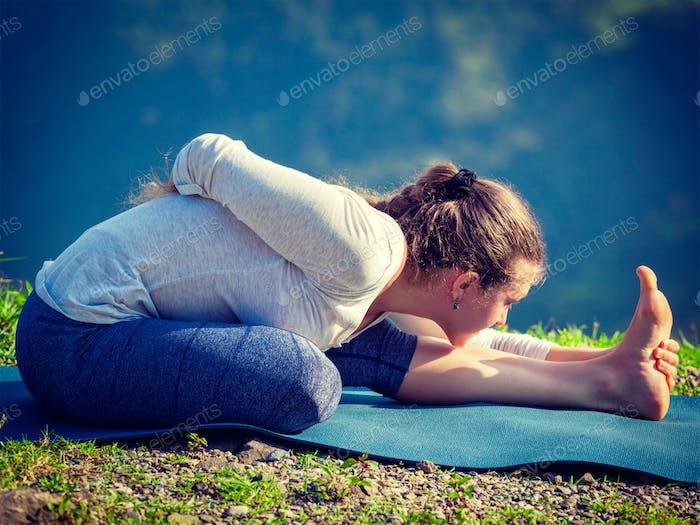 Frau tun Yoga Asana im freien