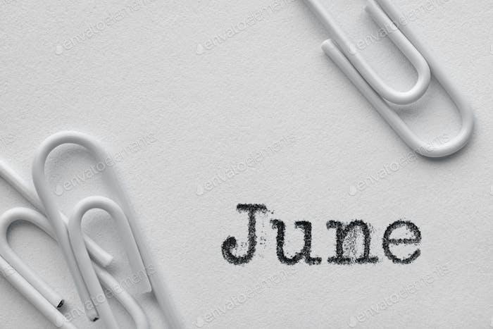 Weiße Kunststoff-Büroklammern mit Juni-Wort