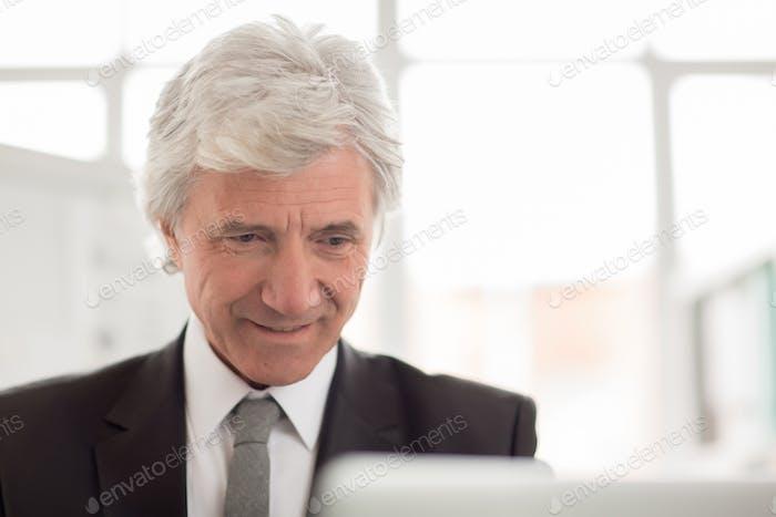 Пожилый бизнесмен