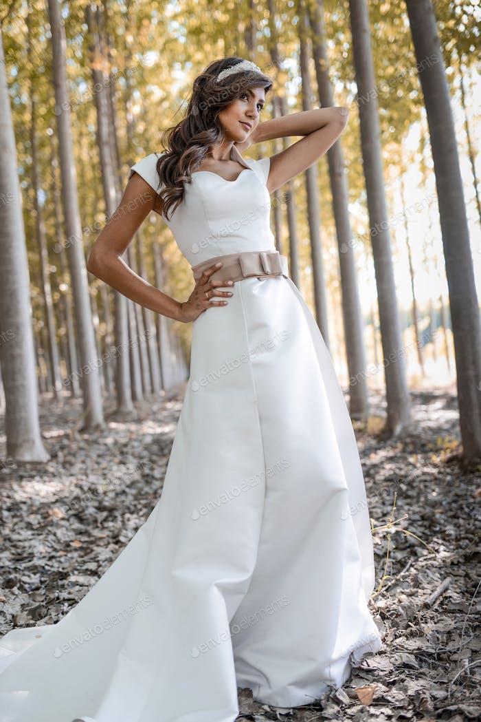 Schöne Braut im freien in einem Wald