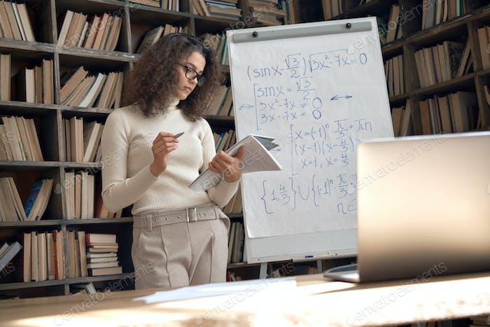 Profesora hispana da clase de matemáticas en línea, concepto de enseñanza remota virtual.