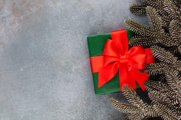 Weihnachtskomposition Tannenzweige, Stern-Ornamente auf blauem Hintergrund.