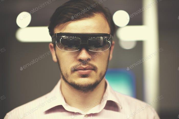 Mann mit Virtual Reality Gadget Computer-Brille