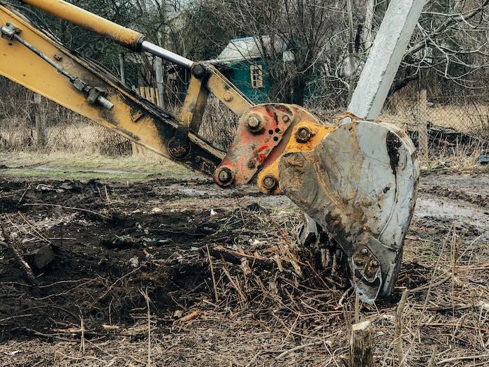Bagger entwurzelten Bäume auf dem Land in der Landschaft