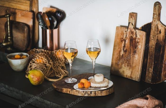 Zwei Gläser Orange- oder Bernsteinwein und Vorspeisen