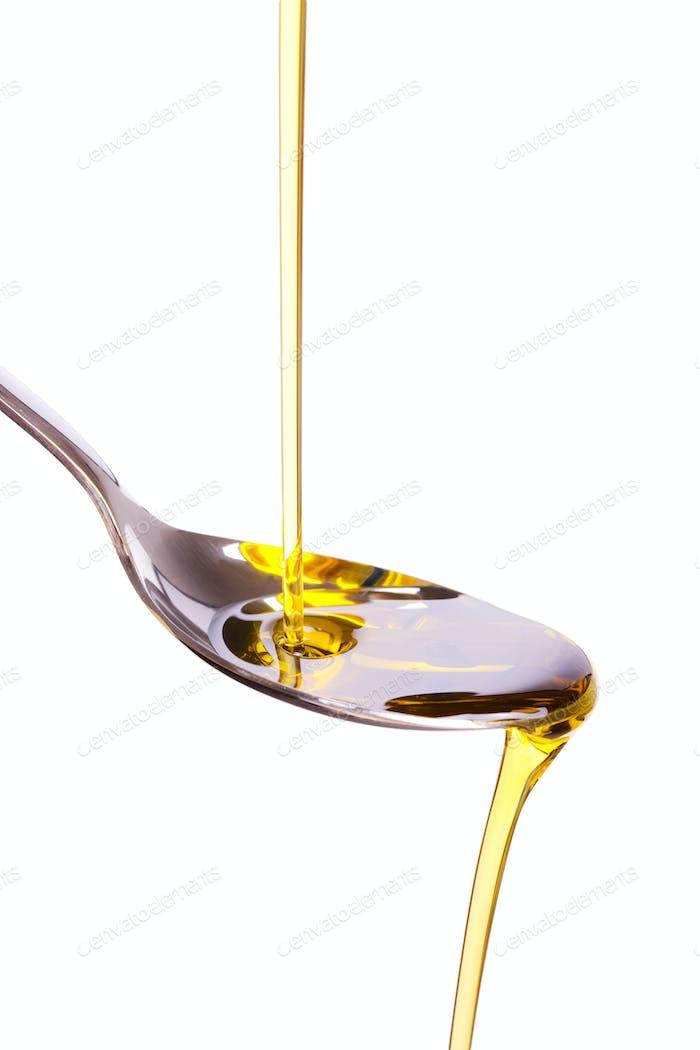 Olivenöl in Löffel gegossen