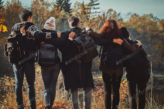 Grupo de amigos están de excursión en el bosque