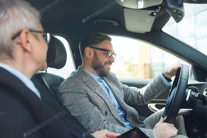 Geschäftskollegen fahren mit dem Auto
