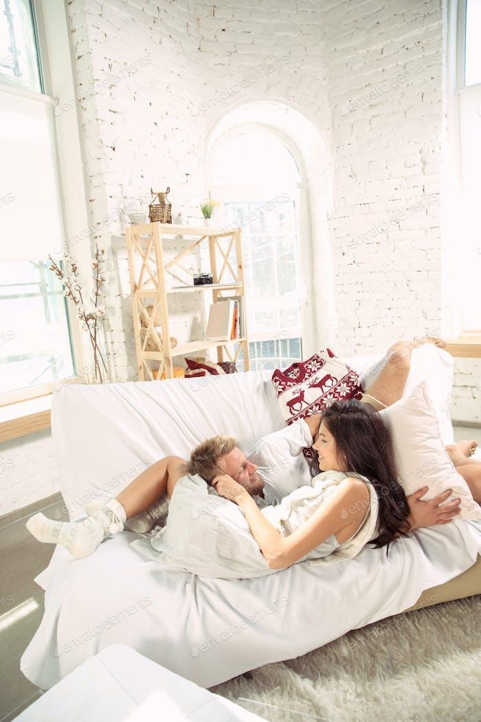 Paar Liebhaber zu Hause entspannen zusammen, komfortabel