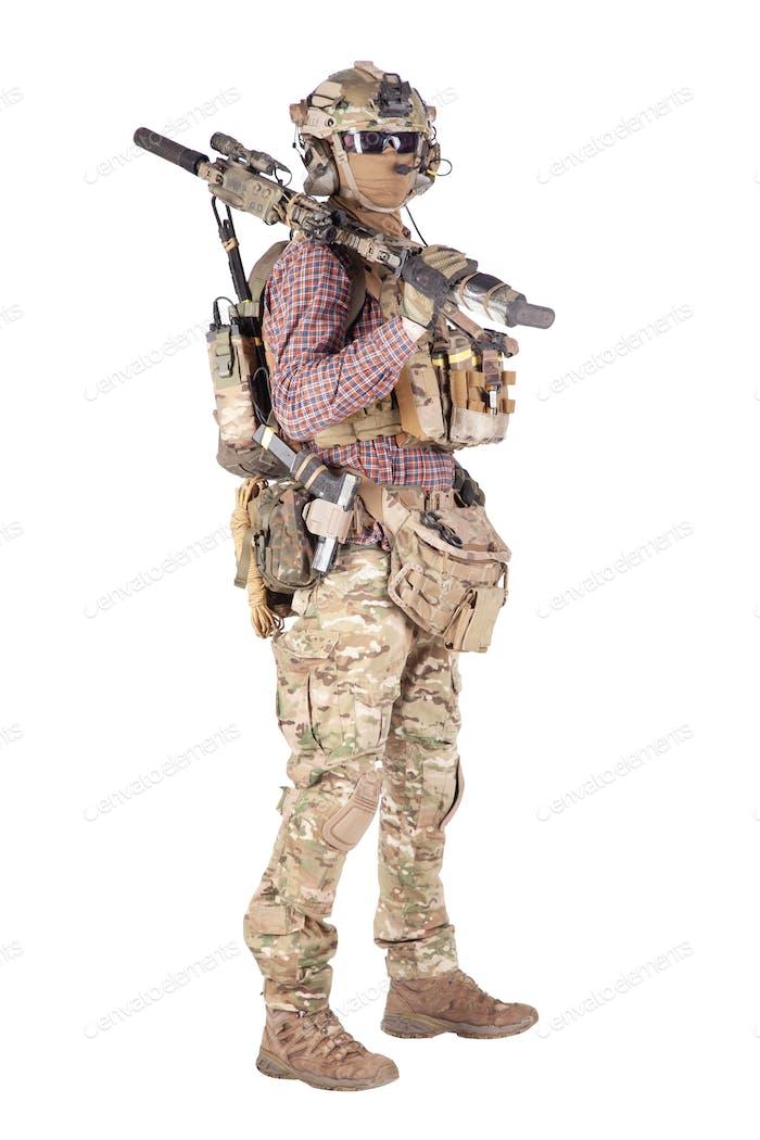 Softballspieler mit militärischem Zeug Studio-Shooting