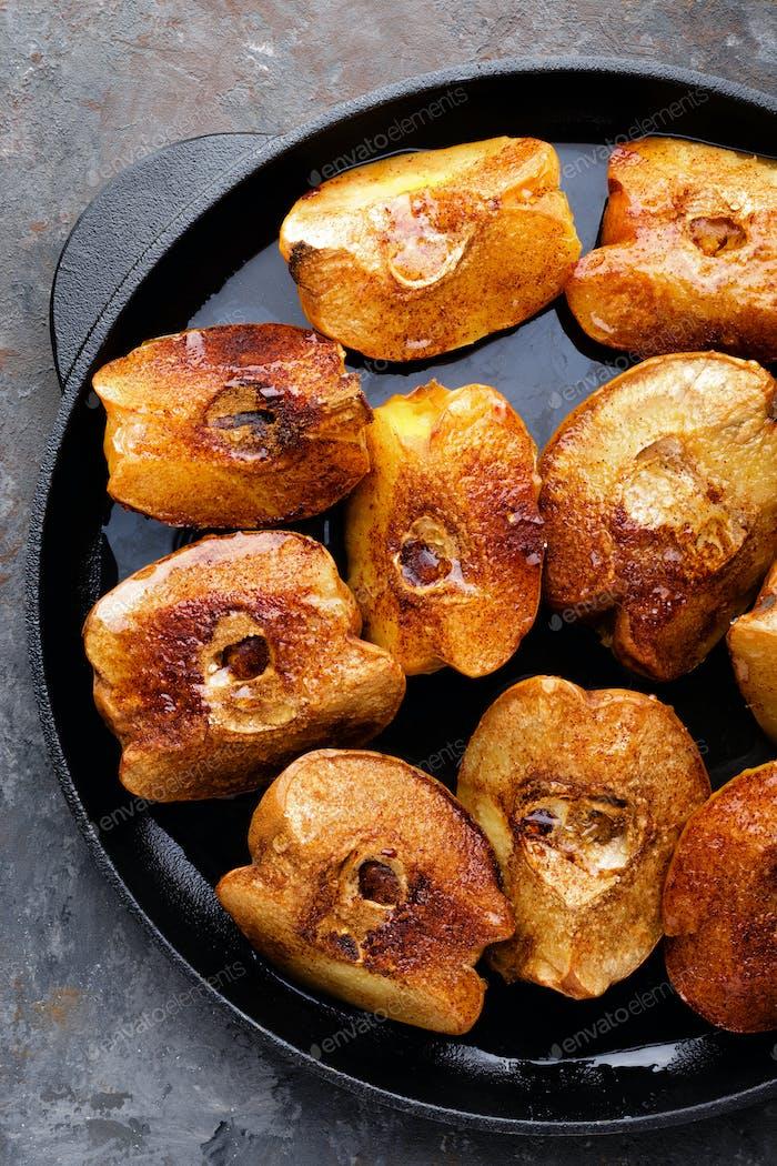 Apfelquitte gebacken mit Honig und Zimt. Gesundes vegetarisches Dessert