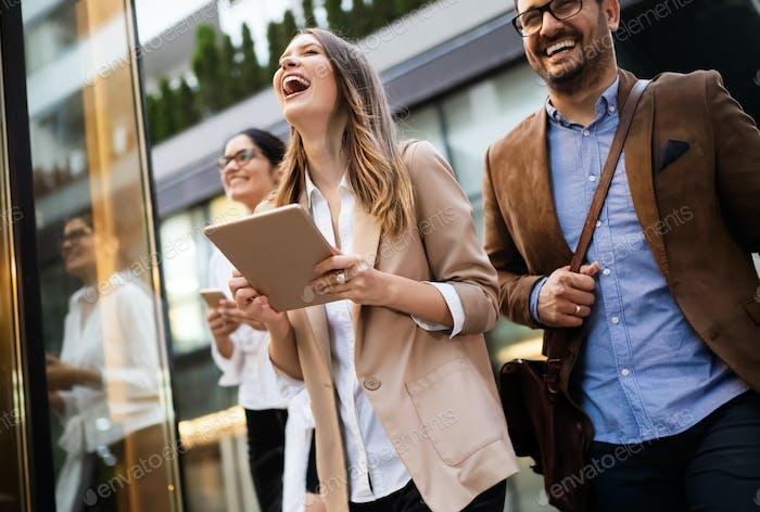 Porträt von glücklichen Geschäftsfreunden genießen die Pause vom Treffen