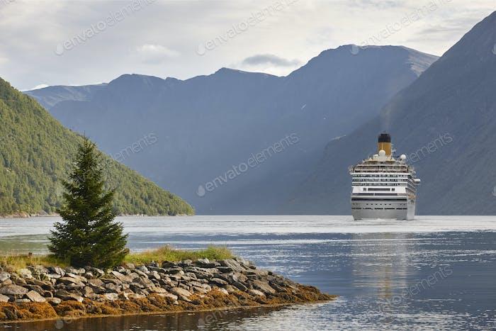 Norwegische Fjordlandschaft. Storfjord. Hellesylt, Geiranger Kreuzfahrt. Tourismus