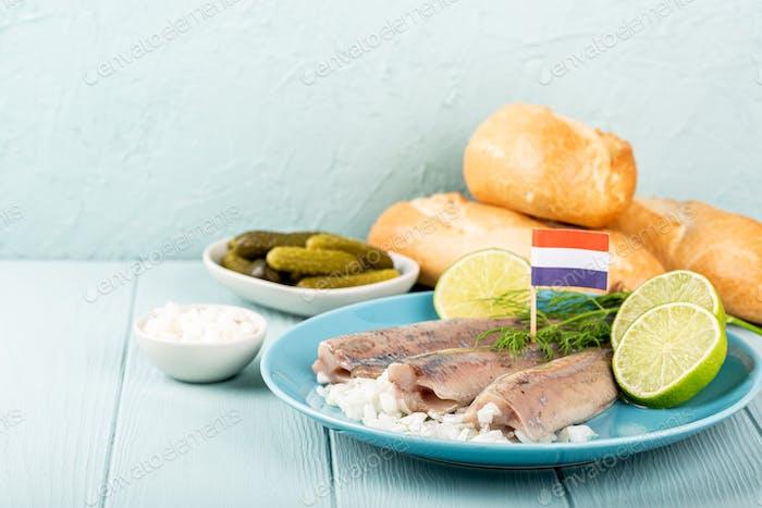 Traditionelles holländisches Essen Heringsfisch