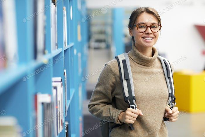 weiblich Student posiert in Bibliothek