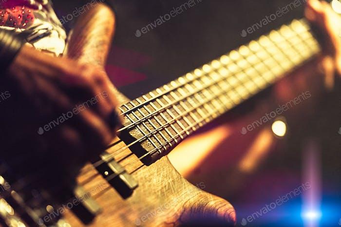 Bassist Pop Rock während einer Aufführung bei einem Konzert