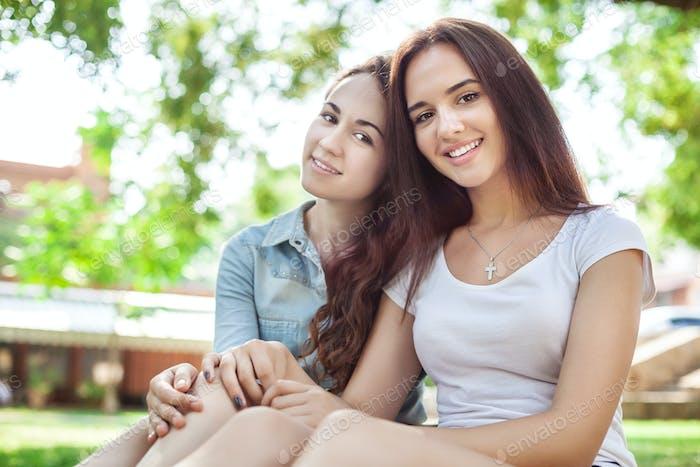 Vertical de sonriente adolescente las niñas en un Parque