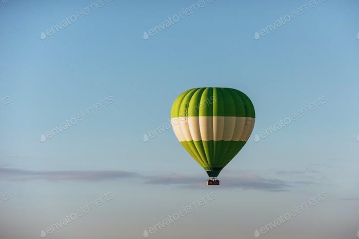 Eine Gruppe von bunten Heißluftballons gegen