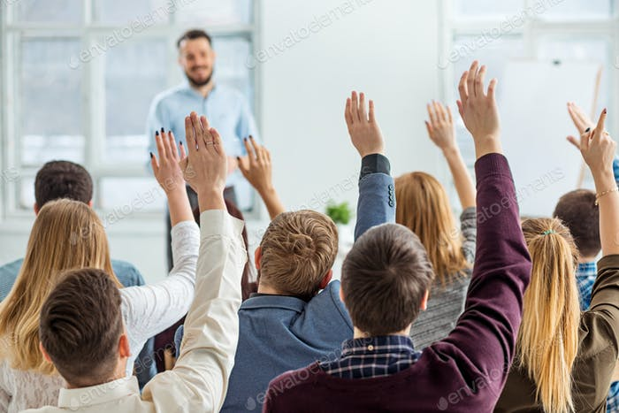 Ponente en Negocios Meeting en la sala de conferencias.