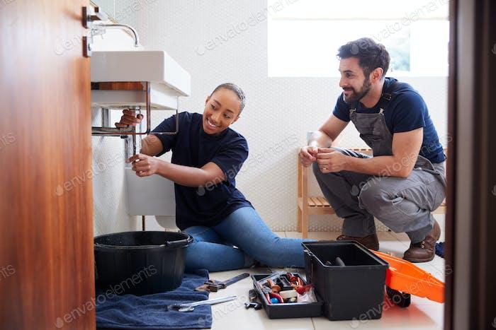 Männliche Klempner Lehre Weibliche Lehrling Zu Fix Undichte Waschbecken In Home Bad