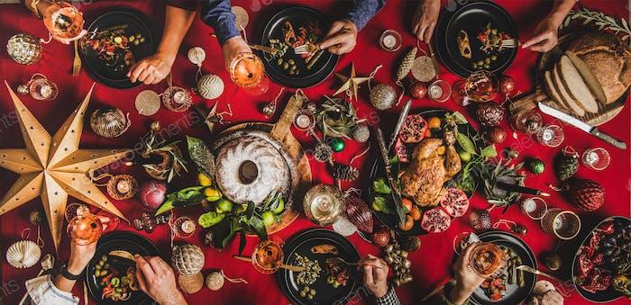 Flat-Lay von Freunden feiern Weihnachten über festlichem Tisch, Draufsicht