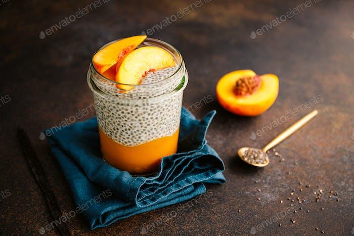 Portion gesunder veganer Chia Pudding mit Mandelmilch, Vanille und Pfirsiche