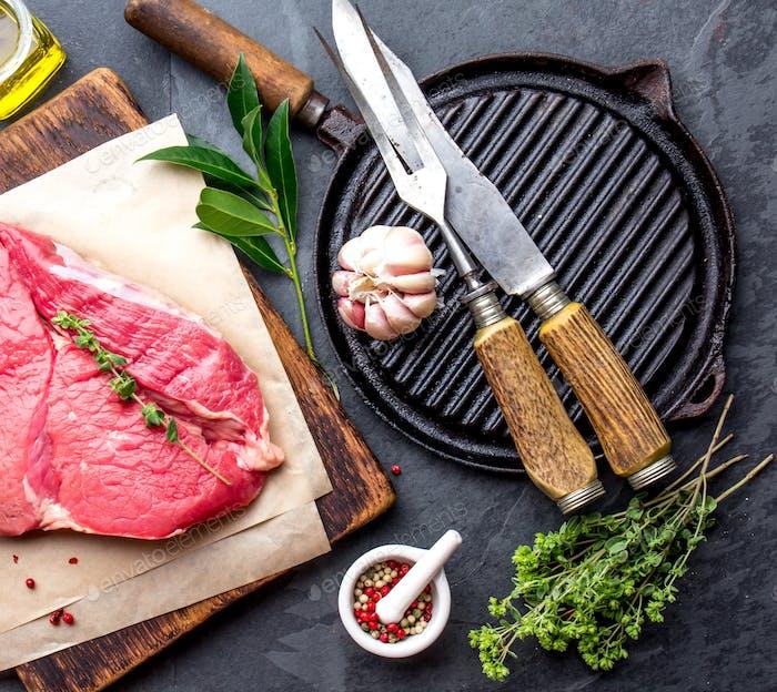Frisches rohes Rindfleisch und Grillpfanne