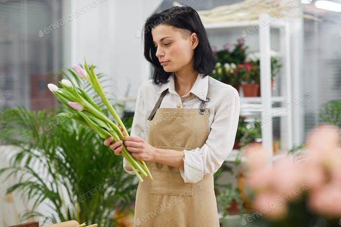 Mujer moderna en floristería
