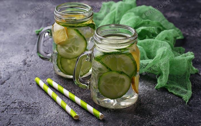 Erfrischendes Detox Wasser mit Gurke und Zitrone