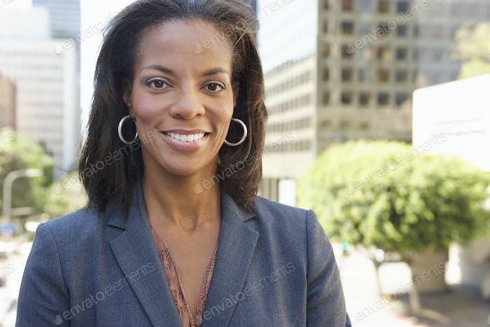 Porträt der Geschäftsfrau außerhalb des Büros