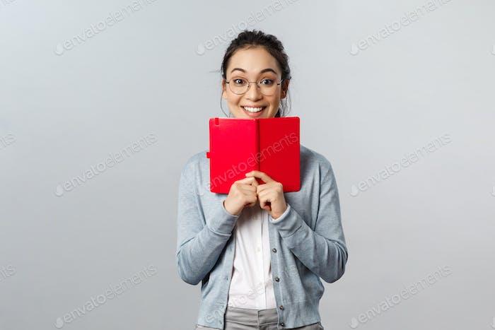 Lehr-, Bildungs- und Lifestyle-Konzept. Aufgeregt glücklich asiatische Frau in Brille schreiben