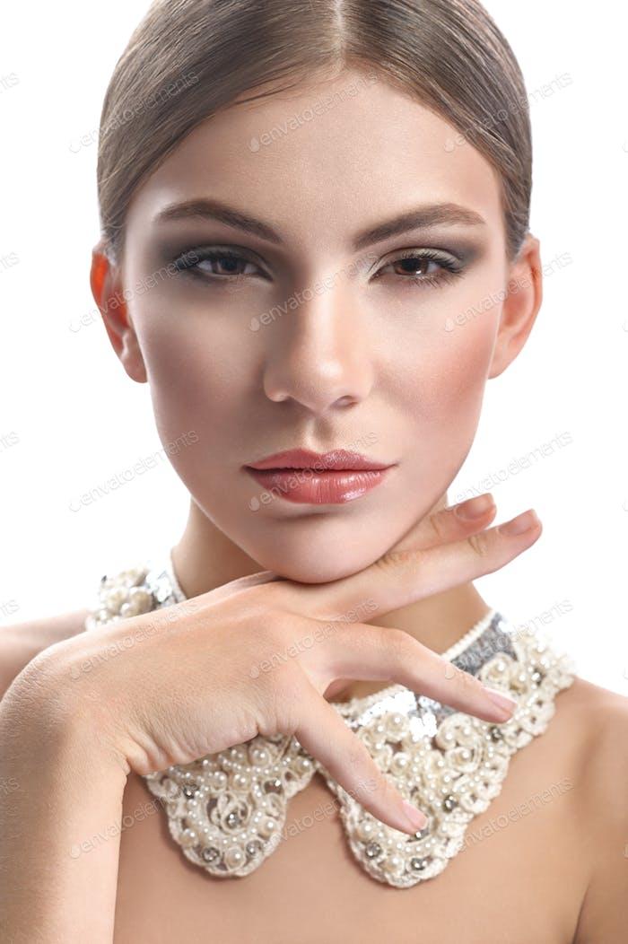 Wunderschöne Frau trägt Lacey Kragen Halskette isoliert auf weiß