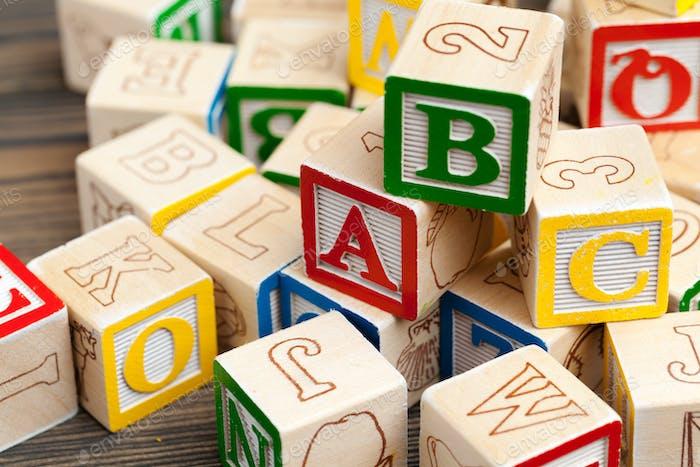 Alfabeto bloques ABC en mesa de madera. foto creativa