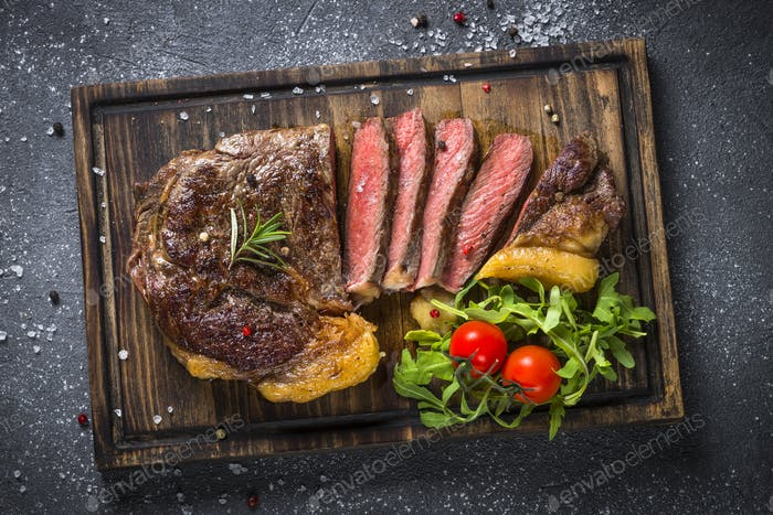 Gegrilltes Rindfleischsteak Ribeye auf Holzschneidebrett