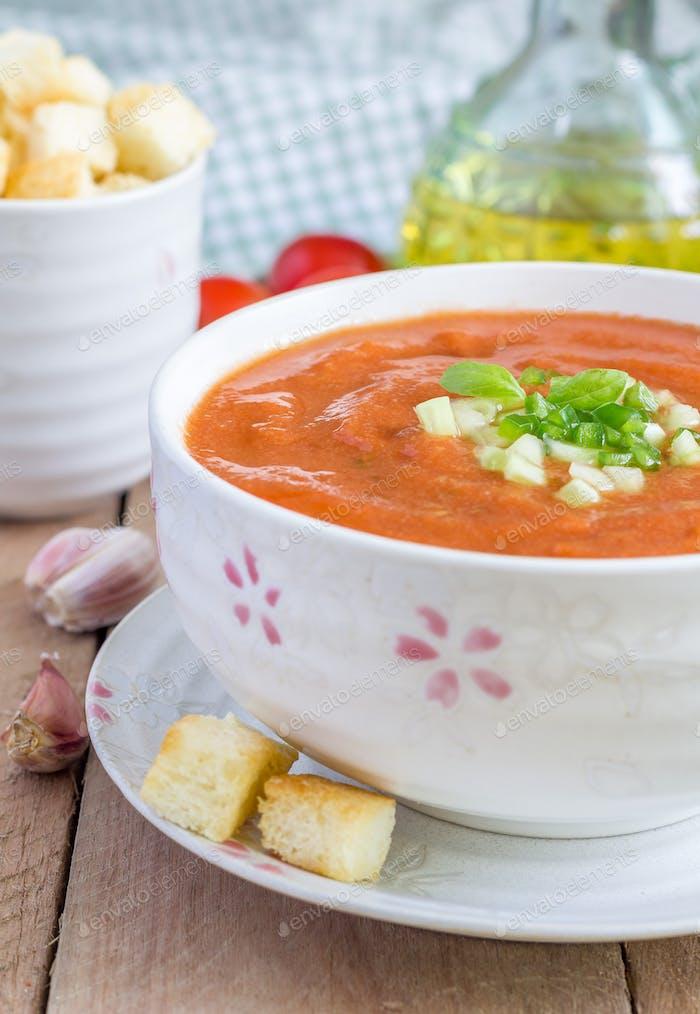 Kalte Tomatensuppe Gazpacho in einer Schüssel mit Croutons, Nahaufnahme