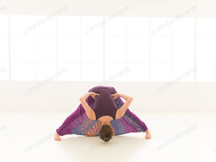 Demonstration von Yoga Pose indor