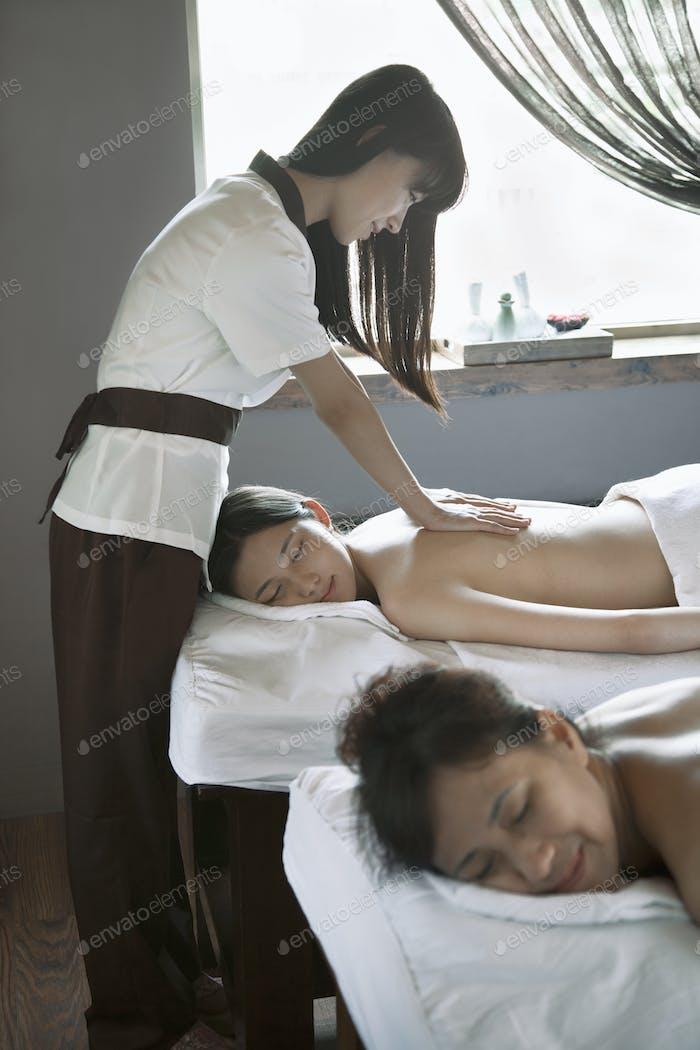 Mutter und Tochter mit Rücken massage zusammen