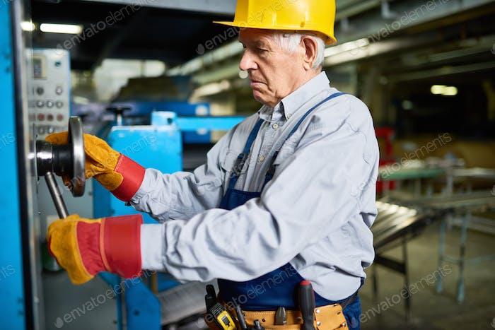 Senior Mechanic Fixing Machines at Factory