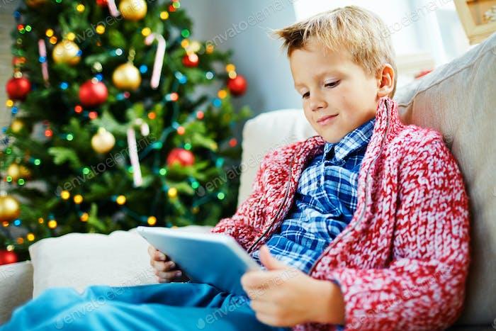Niño con touchpad