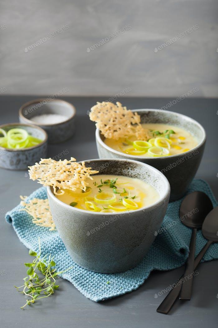 cremige Kartoffel- und Lauch Suppe in Schüssel
