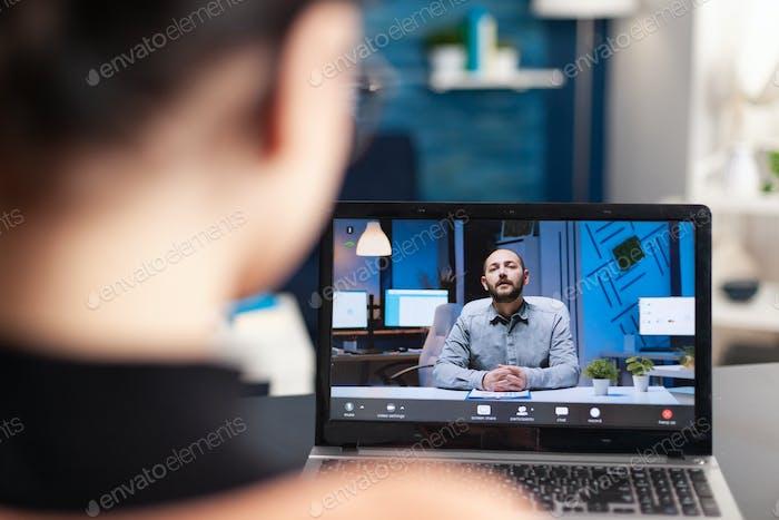 Estudiante discutiendo con su profesor en videocall en línea